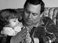 father prays kid