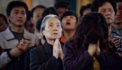 Aumentan cristianos en China sobrepasando a los miembros del Partido Comunista