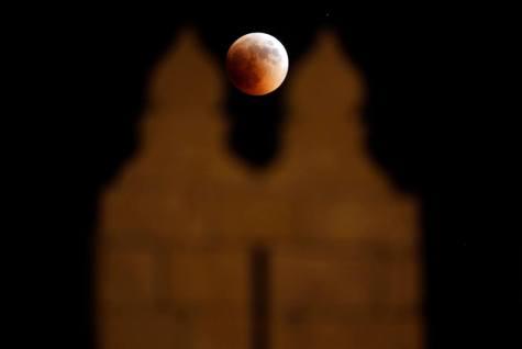 Luna sangerie vazuta in spatele Portii Damascului din Ierusalim. Photo credit