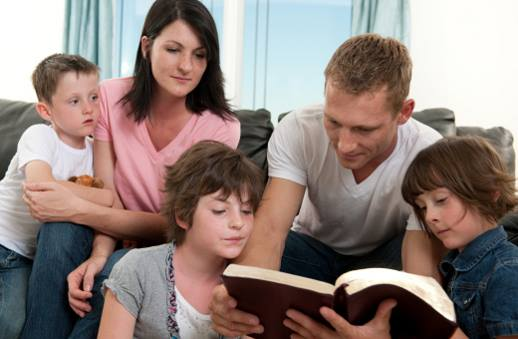 family read Bible Biblia