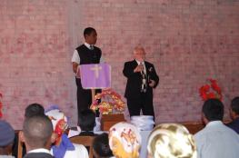 Predica fratele Utu Ilie Tomuta si incurajeaza asistenta, dar si apreciaza lucrarea noastra in parteneriat cu Bisericile Penticostale ADD din Madagascar Photo credit Marcel Saitis