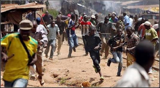 Nigerieni fug de un atac de la casa la casa de Boko Haram. Photo