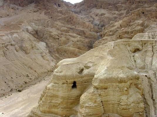 Qumran, pestera nr.4 unde au fost descoperite 90% din manuscrisele de la Marea Moarta. Photo Wikipedia