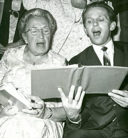 Corrie Ten Boom si Brother Andrew prayer meeting in 1969 Photo Open Doors