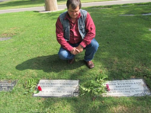 Cristi Tepes la mormanturile lui Richard si Sabina Wurmbrand Photo credit Daniel Branzei