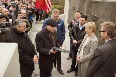 Cristian Ionescu Protest Washington D.C, inmanarea petitiei oficialitatilor Ambasada Norvegiei