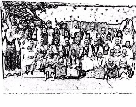 Membrii bisericii penticostale Chisindia aproximativ in anul 1965 ,in poza: Alex si Rabica Oprea .