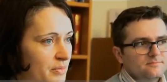 Marius si Ruth Bodnariu se uita cu drag la desenele copiilor intr-un BBC interview