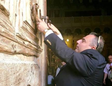În Biserica Sfântului Mormânt îşi au locul nu mai puţin de cinci biserici creştine care îşi împart marele lăcaş sfânt: ortodocşii greci, romano-catolicii, armenii, copţii egipteni şi siriacii (sirienii).