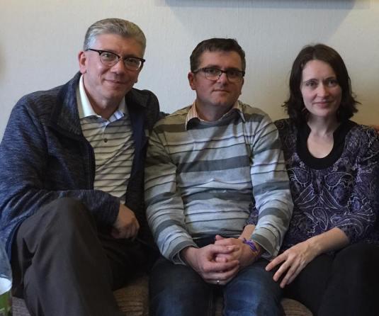 Marius si Ruth Bodnariu cu pastorul Cristian Ionescu Foto C.I.