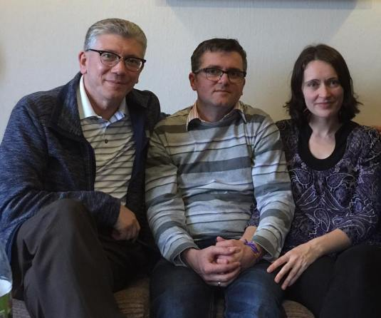 Marius si Ruth Bodnariu cu pastorul Cristian Ionescu