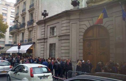 Românii din Londra au stat şi şapte ore la coadă FOTO EVZ.ro