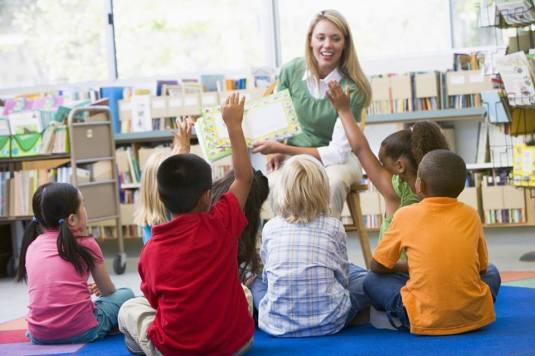 Teacher reading to kids woman