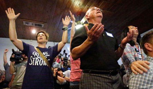 Crestini se roaga pentru familiile afectate de tragedia din Orlando intr-o biserica din Oralndo, Florida FOTO Washington Times