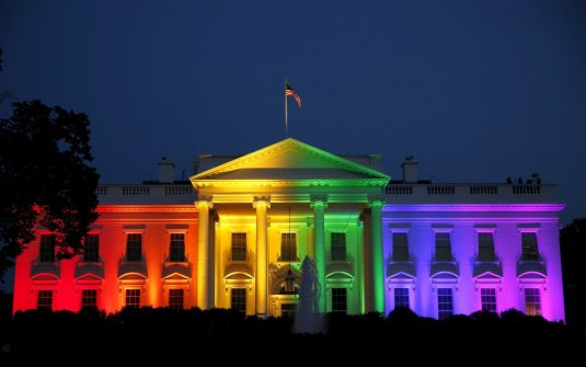 Casa Alba luminata cu culorile steagului gay dupa decizia Curtii Suprema care a legalizat casatoriile intre persoane de acealsi sex. Photo http://www.businessinsider.com