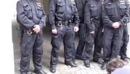 Barnevernet a luat copil cu 12 politisti