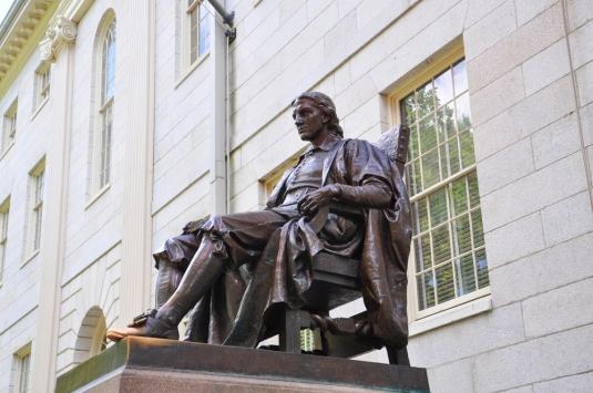 Statuia lui John Harvard. Campusul Universității Harvard, Massachusetts, SUA