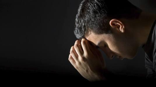 man praying FOTO anthonyfrasier.com-