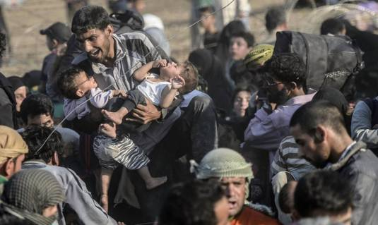 syrian-refugees-breaking-through-border-into-turkeyfoto