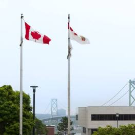 pride-flag-over-cfb-halifax-canadian-royal-navy-foto