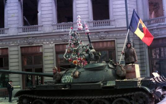 un-barbat-cu-steag-cum-au-fost-mai-multi-la-revolutie-decembrie-1989