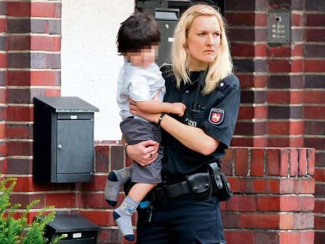 politista-ridica-copil-de-la-parinti-pentru-cps-foto-ceed-enlevements-denfants-par-le-jugendamt-en-allemagne