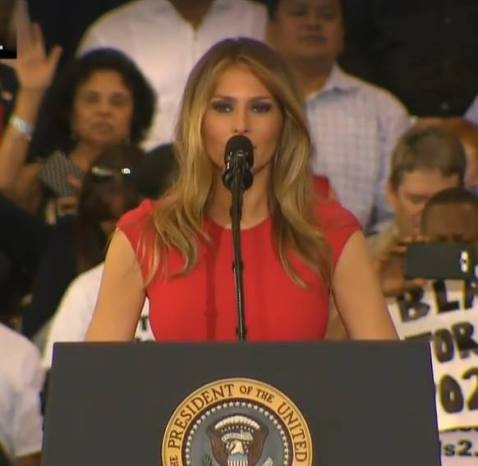 melania-trump-praying-lords-prayer-foto-captura-youtube
