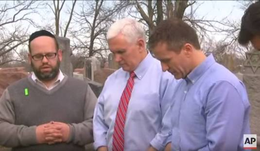 mike-pence-prayer-at-jewish-cemetery-missouri-22-feb-17-foto-youtube-capture-ap-video