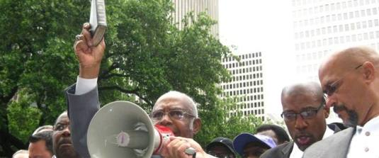 Pastori din orasul Houston protesteaza cu Biblia in mana, in fata primariei cand au fost somati de primarita lesbiana. Photo credit