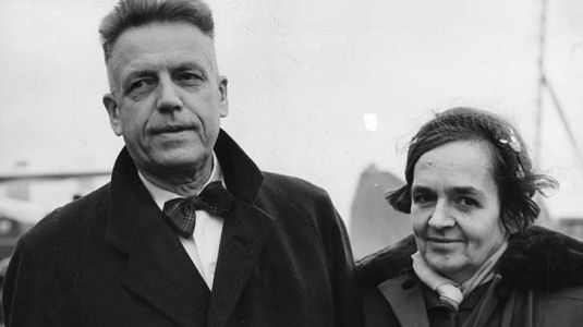 Dr Alfred Kinsey, American author of reports on sexual behaviour, and his wife Clara, arrive at London airport from Oslo 22/10/55.BRE E19116 221055ERG: AP Photo from London.
