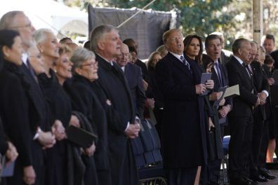 trump singing billy graham funeral foto Franklin Graham